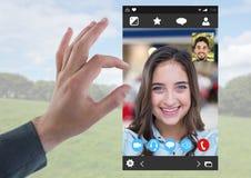 Χέρι σχετικά με την κοινωνική τηλεοπτική App συνομιλίας διεπαφή Στοκ εικόνες με δικαίωμα ελεύθερης χρήσης