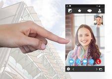 Χέρι σχετικά με την κοινωνική τηλεοπτική App συνομιλίας διεπαφή Στοκ φωτογραφίες με δικαίωμα ελεύθερης χρήσης