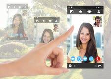 Χέρι σχετικά με την κοινωνική τηλεοπτική App συνομιλίας διεπαφή Στοκ εικόνα με δικαίωμα ελεύθερης χρήσης