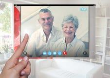 Χέρι σχετικά με την κοινωνική τηλεοπτική App συνομιλίας διεπαφή Στοκ Εικόνες