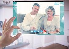 Χέρι σχετικά με την κοινωνική τηλεοπτική App συνομιλίας διεπαφή Στοκ Φωτογραφίες