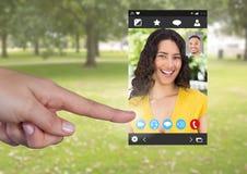 Χέρι σχετικά με την κοινωνική τηλεοπτική App συνομιλίας διεπαφή Στοκ φωτογραφία με δικαίωμα ελεύθερης χρήσης