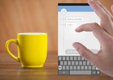 Χέρι σχετικά με την κοινωνική App αγγελιοφόρων μέσων διεπαφή με τον καφέ Στοκ εικόνες με δικαίωμα ελεύθερης χρήσης