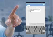 Χέρι σχετικά με την κοινωνική App αγγελιοφόρων μέσων διεπαφή στην αίθουσα συνεδριάσεων Στοκ φωτογραφία με δικαίωμα ελεύθερης χρήσης