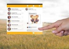 Χέρι σχετικά με την κοινωνική App αγγελιοφόρων μέσων διεπαφή Στοκ φωτογραφίες με δικαίωμα ελεύθερης χρήσης