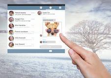 Χέρι σχετικά με την κοινωνική App αγγελιοφόρων μέσων διεπαφή Στοκ εικόνες με δικαίωμα ελεύθερης χρήσης