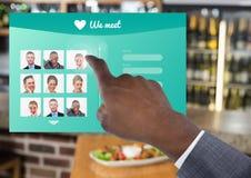 Χέρι σχετικά με την κοινωνική App μέσων διεπαφή στο φραγμό Στοκ φωτογραφία με δικαίωμα ελεύθερης χρήσης