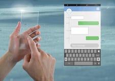 Χέρι σχετικά με την οθόνη γυαλιού και την κοινωνική App αγγελιοφόρων μέσων διεπαφή Στοκ φωτογραφία με δικαίωμα ελεύθερης χρήσης