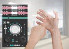 Χέρι σχετικά με την οθόνη γυαλιού και την υγιή μουσική και την ακουστική App εξισωτών εφαρμοσμένης μηχανικής παραγωγής διεπαφή Στοκ φωτογραφία με δικαίωμα ελεύθερης χρήσης