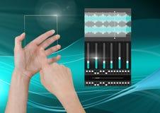 Χέρι σχετικά με την οθόνη γυαλιού και την υγιή μουσική και την ακουστική App εξισωτών εφαρμοσμένης μηχανικής παραγωγής διεπαφή Στοκ Φωτογραφία
