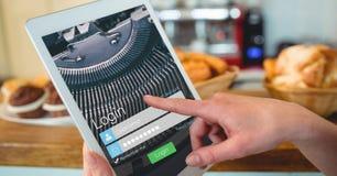 Χέρι σχετικά με την οθόνη συμφωνίας στην ψηφιακή ταμπλέτα Στοκ φωτογραφία με δικαίωμα ελεύθερης χρήσης