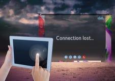 Χέρι σχετικά με την ταμπλέτα με τη σύνδεση που χάνεται στην κοινωνική τηλεοπτική App συνομιλίας διεπαφή στοκ φωτογραφία