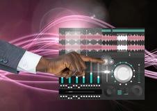 Χέρι σχετικά με την υγιή μουσική και την ακουστική App εξισωτών εφαρμοσμένης μηχανικής παραγωγής διεπαφή Στοκ Φωτογραφίες