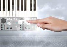 Χέρι σχετικά με την υγιή μουσική και την ακουστική App εφαρμοσμένης μηχανικής παραγωγής διεπαφή Στοκ Εικόνες