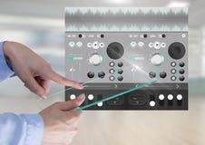 Χέρι σχετικά με την υγιή μουσική οθόνης γυαλιού και την ακουστική App εξισωτών εφαρμοσμένης μηχανικής παραγωγής διεπαφή Στοκ εικόνες με δικαίωμα ελεύθερης χρήσης