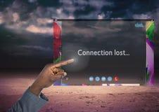 Χέρι σχετικά με τη σύνδεση που χάνεται στην κοινωνική τηλεοπτική App συνομιλίας διεπαφή Στοκ φωτογραφία με δικαίωμα ελεύθερης χρήσης