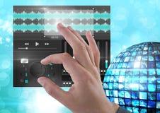 Χέρι σχετικά με τον υγιή φορέα μουσικής και την ακουστική App εξισωτών εφαρμοσμένης μηχανικής παραγωγής διεπαφή Στοκ εικόνες με δικαίωμα ελεύθερης χρήσης