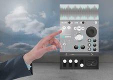 Χέρι σχετικά με τον υγιή φορέα μουσικής και την ακουστική App εφαρμοσμένης μηχανικής παραγωγής διεπαφή Στοκ Φωτογραφία