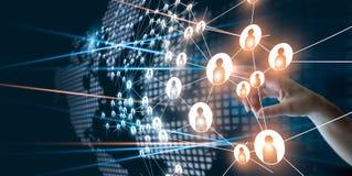 Χέρι σχετικά με το δίκτυο που συνδέει τα ανθρώπινα εικονίδια σημείων στοκ εικόνα