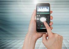 Χέρι σχετικά με το κινητό τηλέφωνο με την υγιή μουσική και την ακουστική App εξισωτών εφαρμοσμένης μηχανικής παραγωγής διεπαφή Στοκ εικόνες με δικαίωμα ελεύθερης χρήσης