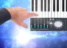 Χέρι σχετικά με το πληκτρολόγιο και την υγιή μουσική και την ακουστική App εφαρμοσμένης μηχανικής παραγωγής διεπαφή Στοκ φωτογραφίες με δικαίωμα ελεύθερης χρήσης