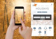 Χέρι σχετικά με το τηλέφωνο και App σπασιμάτων διακοπών διεπαφή στο δάσος Στοκ φωτογραφίες με δικαίωμα ελεύθερης χρήσης
