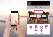 Χέρι σχετικά με το τηλέφωνο και App σπασιμάτων διακοπών χαλάρωσης διεπαφή με τη θάλασσα Στοκ φωτογραφία με δικαίωμα ελεύθερης χρήσης