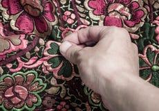 Χέρι σχετικά με το ύφασμα Στοκ φωτογραφίες με δικαίωμα ελεύθερης χρήσης