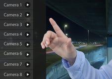 Χέρι σχετικά με App κάμερων ασφαλείας το δρόμο Carpark διεπαφών Στοκ Εικόνες