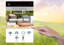 Χέρι σχετικά με App σπασιμάτων διακοπών διαφυγών τη διεπαφή Στοκ Φωτογραφία