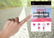 Χέρι σχετικά με App σπασιμάτων διακοπών ταξιδιού τη διεπαφή με το δρόμο Στοκ Εικόνες