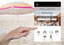 Χέρι σχετικά με App σπασιμάτων διακοπών τη διεπαφή στην παραλία Στοκ φωτογραφίες με δικαίωμα ελεύθερης χρήσης