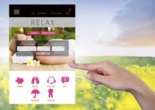 Χέρι σχετικά με App σπασιμάτων διακοπών χαλάρωσης τη διεπαφή με το λιβάδι Στοκ φωτογραφία με δικαίωμα ελεύθερης χρήσης