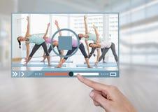 Χέρι σχετικά με App video ικανότητας άσκησης τη διεπαφή Στοκ φωτογραφία με δικαίωμα ελεύθερης χρήσης