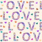 Χέρι-σχεδιασμός του άνευ ραφής υποβάθρου σχεδίων με τη φωτεινή χρωματισμένη ετερόκλητη λέξη αγάπης και των καρδιών για την ημέρα  Στοκ εικόνα με δικαίωμα ελεύθερης χρήσης