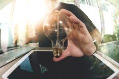 χέρι σχεδιαστών που παρουσιάζει δημιουργική επιχειρησιακή στρατηγική με τη λάμπα φωτός στοκ εικόνες με δικαίωμα ελεύθερης χρήσης