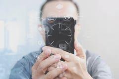 Χέρι σχεδιαστών που χρησιμοποιεί τις κινητές σε απευθείας σύνδεση αγορές πληρωμών, κανάλι omni Στοκ φωτογραφίες με δικαίωμα ελεύθερης χρήσης
