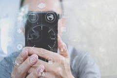Χέρι σχεδιαστών που χρησιμοποιεί τις κινητές σε απευθείας σύνδεση αγορές πληρωμών, κανάλι omni Στοκ Εικόνες