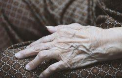 Χέρι της ασιατικής ηλικιωμένης γυναίκας Στοκ Φωτογραφία