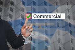 Χέρι της αφής δάχτυλων χρήσης επιχειρηματιών στο κουμπί που επιλέγει στο κείμενο Στοκ φωτογραφία με δικαίωμα ελεύθερης χρήσης