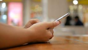Χέρι της γυναίκας που χρησιμοποιεί την ταμπλέτα με για εφαρμογής και ασύρματης τεχνολογίας συσκευών ρηχό βάθος εστίασης έννοιας τ απόθεμα βίντεο