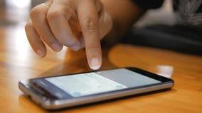 Χέρι της γυναίκας που χρησιμοποιεί το smartphone με για την επίλεκτη εστίαση έννοιας συσκευών εφαρμογής και ασύρματης τεχνολογίας απόθεμα βίντεο