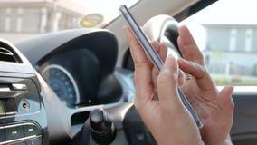 Χέρι της γυναίκας που χρησιμοποιεί το smartphone με για την επίλεκτη εστίαση έννοιας συσκευών εφαρμογής και ασύρματης τεχνολογίας φιλμ μικρού μήκους