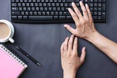 Χέρι της επιχείρησης εργασίας εκτύπωσης επιχειρηματιών στο γραφείο στοκ εικόνα