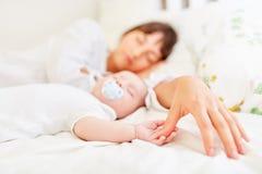 Χέρι της μητέρας και χέρι του μωρού στοκ εικόνα
