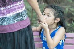 Χέρι της μητέρας φιλήματος κοριτσιών Στοκ φωτογραφίες με δικαίωμα ελεύθερης χρήσης