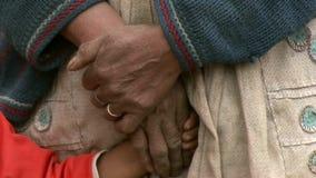 Χέρι της φτωχής μητέρας με την κόρη απόθεμα βίντεο