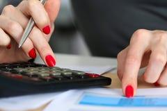 Χέρι του δάχτυλου σημείου επιχειρηματιών στον οικονομικό πίνακα Στοκ Φωτογραφίες