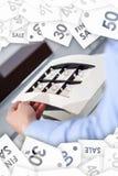 Χέρι του ατόμου που εξετάζει τη συλλογή των δαχτυλιδιών Πώληση εκκαθάρισης στοκ φωτογραφίες