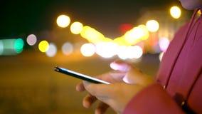 Χέρι του ατόμου που κοιτάζει βιαστικά τη σύγχρονη πόλη Hypster σύνδεσης τεχνολογίας Smartphone 4g 5g κοντά επάνω φιλμ μικρού μήκους